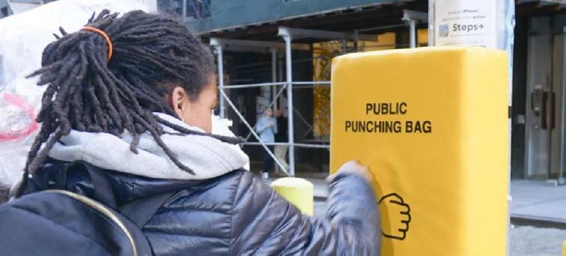 На улицах Нью-Йорка есть антистресс-подушки для битья