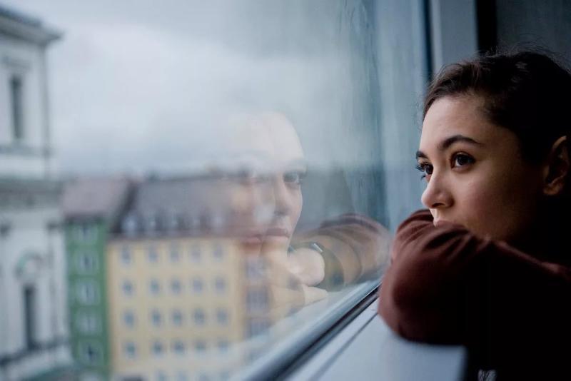 Сильная женщина плачет у окна — это о том же самом