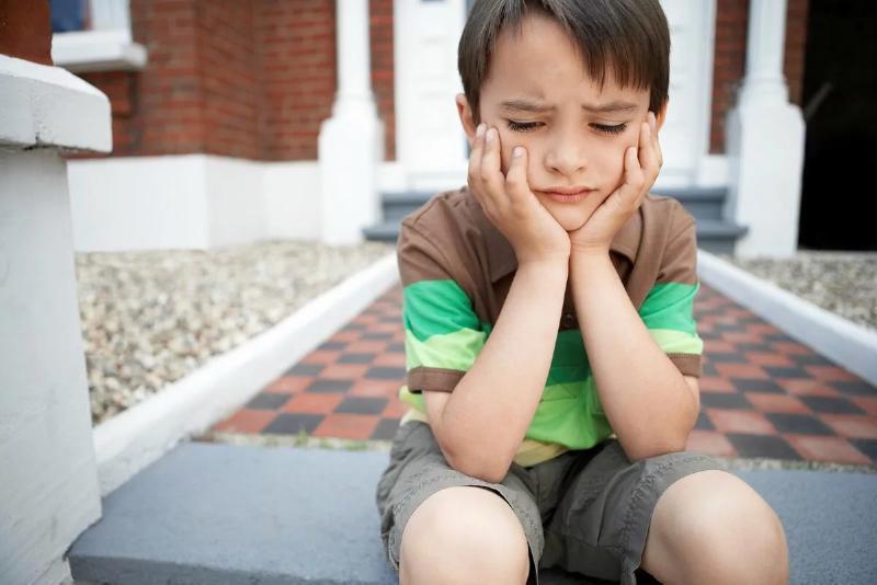 Если постоянно указывать ребенку на какой-то недостаток, он рано или поздно замкнется на нем и станет постоянно прокручивать в голове