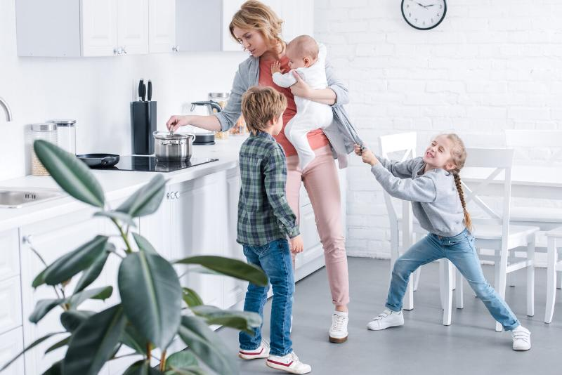 Если супруг — сторонник патриархата и домостроя, то заниматься воспитанием детей он не спешит, не говоря уже о стирке пеленок и смене памперсов