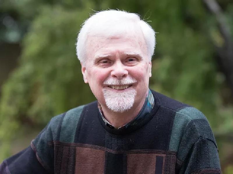 Дэвид Д. Бернс — известный американский семейный психолог, психиатр, доктор медицины Стэнфордского университета и автор книги «Терапия настроения»